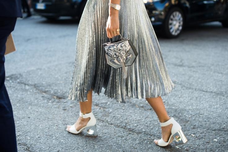 Тренды в одежде: как правильно носить блестящие вещи