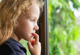 Детская привычка грызть ногти: откуда берется и как от нее избавиться