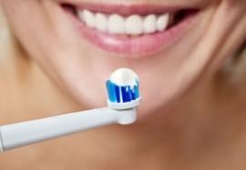 Электрическая зубная щетка: в чем преимущества и как выбрать