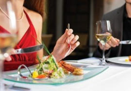 Как правильно себя вести: этикет за столом в разных странах