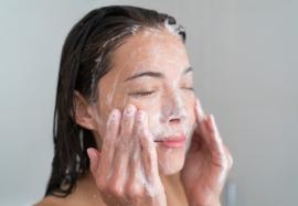 Как правильно умываться и очищать кожу лица