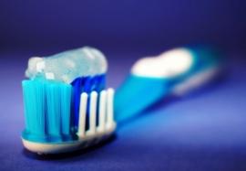 Как выбрать зубную пасту: полезные и опасные компоненты