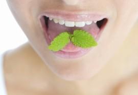 Неприятный запах изо рта по утрам: что делать