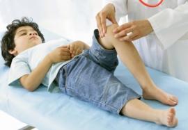 У ребенка болят колени: причины и первая помощь